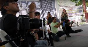 Periodistas independientes filmar una conferencia de prensa estudiante de Raúl Isidro Burgos Enseñanza College en Ayotzinapa, Guerrero. Foto por Sarah Stein Kerr.