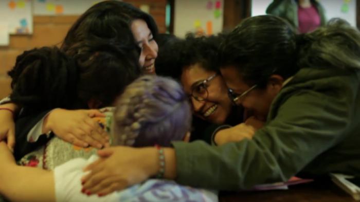 """""""En la segunda generación [del proyecto Voces de Mujeres, se compartieron] historias de disidentes de género, mujeres indígenas, poetas, periodistas, futbolistas, mujeres del ring, defensoras del territorio y la naturaleza, motociclistas, deportistas, bicimensajeras, sanadoras, parteras, bisexuales y de las que han perdido la vida debido a la violencia."""" Captura de pantalla de la memoria en video de los talleres, compartida en YouTube."""